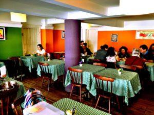 O espaço do segundo piso do Ojas, onde a gente almoçou.